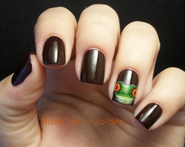 Ungles fosques amb una granota verda
